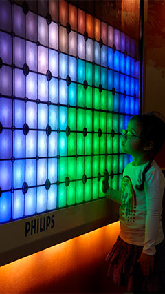 Un enfant est éclairé par Imagination Light Canvas de Philips Lighting